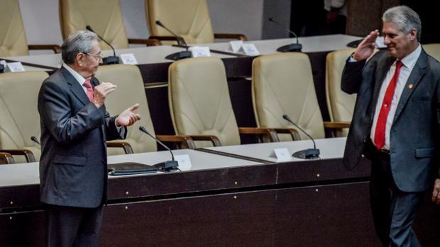 Raúl Castro aplaude a Miguel Díaz-Canel tras su nombramiento como presidente de Cuba