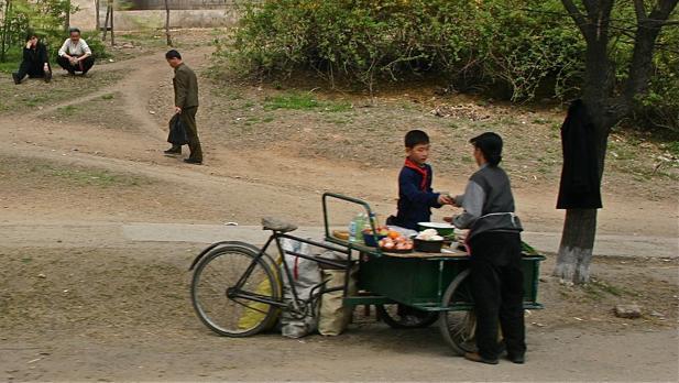 Puesto ambulante en Corea del Norte. En los márgenes de las carreteras hay puestos ambulantes donde se sirve hasta comida