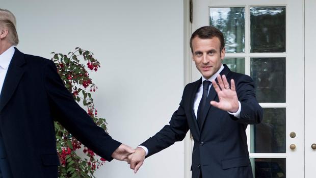 Trump toma de la mano a Macron durante su reciente encuentro en la Casa Blanca