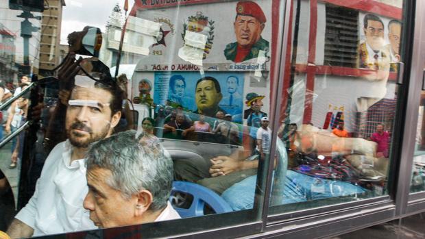 El exalcalde de San Cristóbal Daniel Ceballos (i) y el general retirado Ángel Vivas (2-i) son trasladados para su liberación el pasado viernes