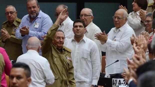 Raúl Castro saluda a su llegada, el sábado, a la asamblea extraordinaria de la Asamblea Nacional del Poder Popular