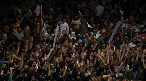 Manifestantes protestan ante la oficina del primer ministro jordano, en Amán