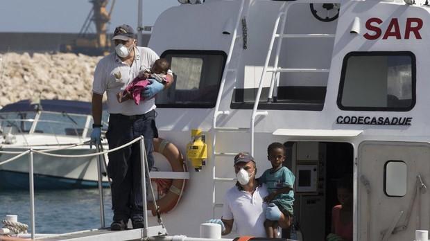 Desembarco de un grupo de migrantes en Pozzallo, Sicilia