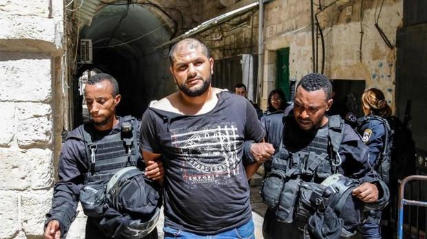 Un detenido palestino durante las protestas en Al-Aqsa