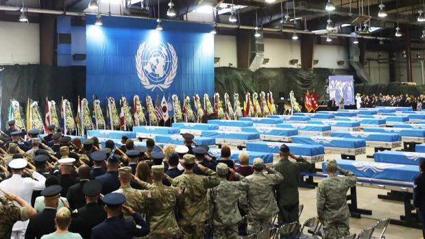 Soldados de EE.UU. ofrecen un saludo militar a los ataúdes de los 55 soldados muertos en la Guerra de Corea