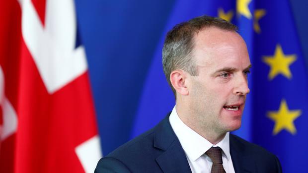 Dominic Raab asiste a una conferencia de prensa con el jefe negociador del Brexit de la UE