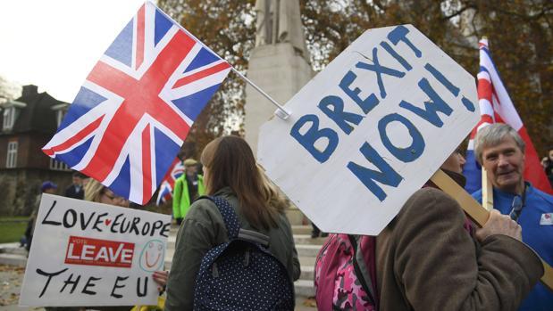 Manifestantes apoyan la protesta del Brexit afuera del Parlamento en Londres