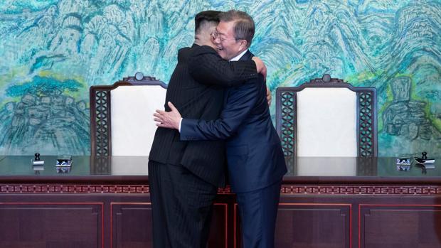 Kim Jong-un abraza a Moon Jae-in durante la histórica cumbre celebrada en abril entre las dos Coreas