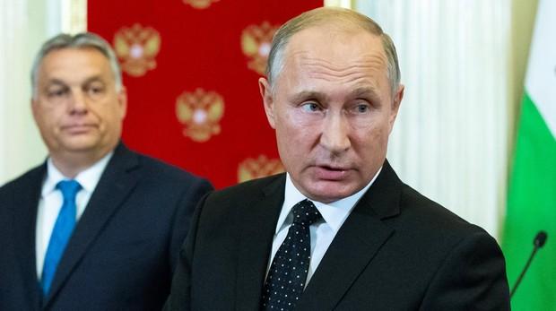 El prsidente Putin constesta a un periodista durante la rueda de prensa conjunta con el primer ministro húngaro, Viktor Orban, ayer , en Moscú
