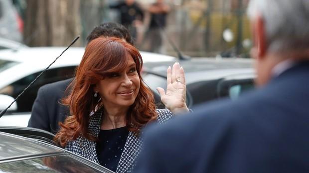 La expresidenta argentina Cristina Fernández, saluda a su salida de los tribunales tras declarar ante un juez el pasado martes