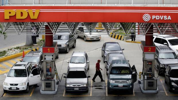 Vehículos cargan gasolina en una estación de servicios en Caracas