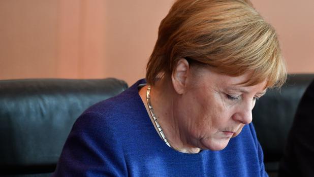 La canciller alemana Angela Merkel dirige la reunión semanal del gabinete