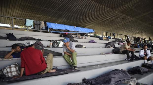 Miembros de la caravana centroamericano descansan en un refugio improvisado en un campo de fútbol en Ciudad de México