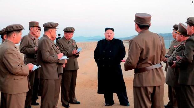 Kim Jong-un habla con oficiales militares tras supervisar la prueba de una nueva arma. Imagen tomada por el Gobierno de Corea del Norte este viernes