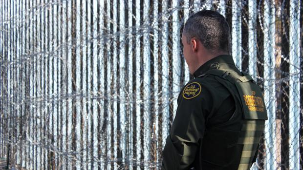 Un agente vigila la frontera entre San Diego (EE.UU.) y Tijuana (México)
