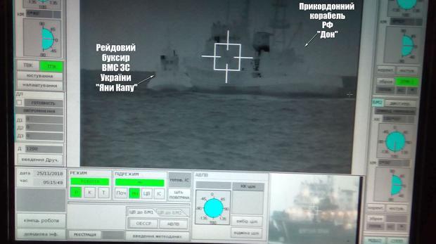 Una pantalla muestra a un barco de los guardacostas rusos tratando de frenar al remolcador ucraniano