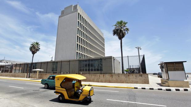 Varios coches pasa frente a la embajada de Estados Unidos en Cuba