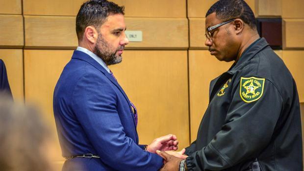 Un agente retira las esposas a Pablo Ibar a su llegada al tribunal del condado de Broward al comienzo del juicio