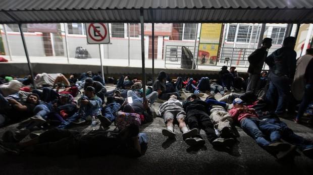 Inmigrantes de Honduras descansan en la Ciudad Hidalgo, tras cruzar la frontera de Guatemala con México