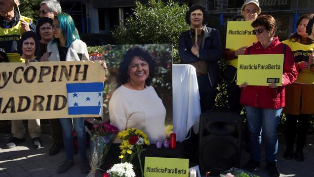 Quince organizaciones se concentraron este viernes ante la Embajada de Honduras en Madrid para reclamar justicia real por el asesinato de la ambientalista hondureña Berta Cáceres