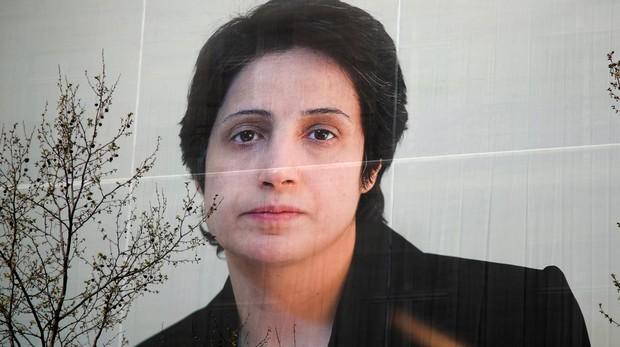 Un cartel con el rostro de la abogada iraní Nasrin Sotoudeh en París