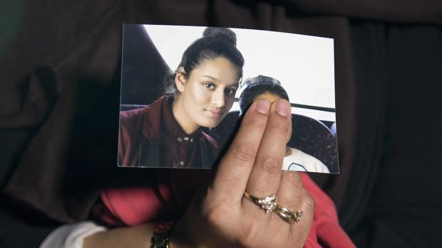 Renu Begum, la hermana mayor de la desaparecida británica Shamima Begum, sostiene una foto de su hermana mientras era entrevistada por los medios de comunicación en el centro de Londres.