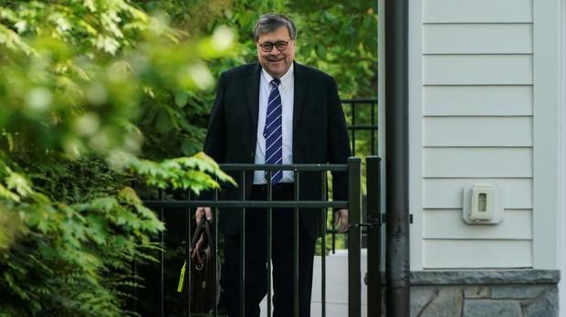 El fiscal general, William Barr, abandona ayer su domicilio