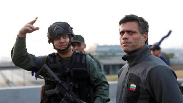 El capitán de la GNB, Antonio Sequea, el pasado martes junto al opositor Leopoldo López, tras ser liberado