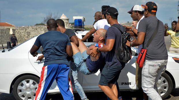Agentes de paisano de la Policía cubana detienen a participantes en la marcha alternativa por los derechos de la comunidad LGTBI