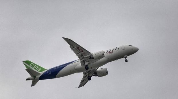 Vuelo de un avión en Shanghái, China