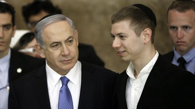 Benjamin Netanyahu, junto a su hijo Yair, en 2015