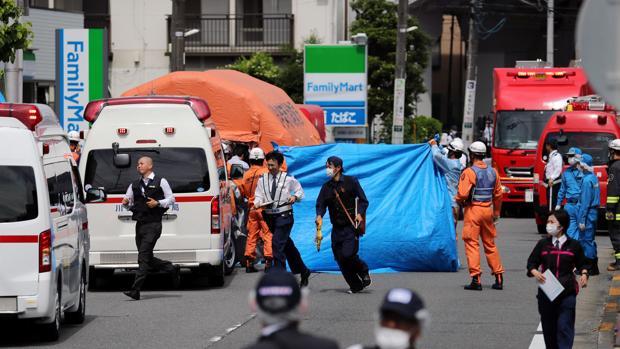 Policías y un equipo de emergencias trabajan en el lugar donde se ha perpetrado el ataque
