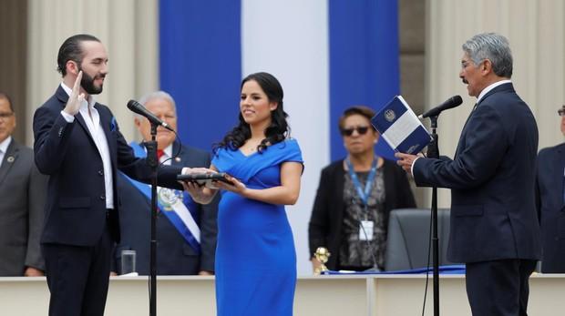 Nayib Bukele asume la presidencia de El Salvador ante la presencia de su esposa Gabriela y el presidente de la Asamblea Legislativa, Norman Quijano