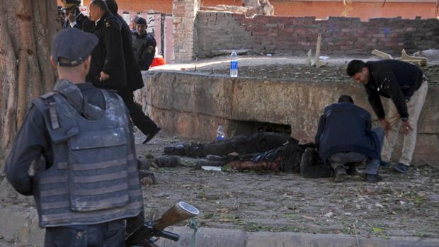 Varios policían inspeccionan el lugar de un atentado en El Cairo, en 2016