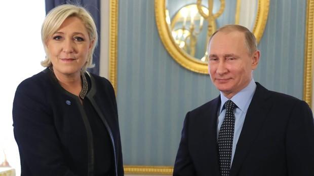 Marine Le Pen estrecha la mano de Valdimir Putin durante una visita en Moscú