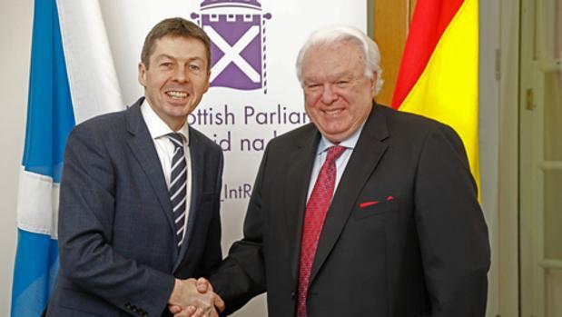 Miguel Ángel Vecino, a la derecha, junto al presidente del parlamento escocés, Kenneth Donald Macintosh