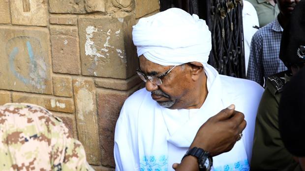 El expresidente de Sudán, Omar al-Bashir, abandona la sede de la Fiscalía anticorrupción, ayer en Sudán