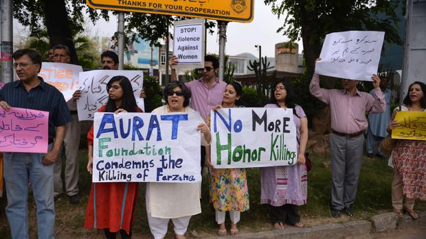 Varias personas denuncian en Islamabad la muerte de una mujer embarazada trás ser golpeada con ladrillos en 2014