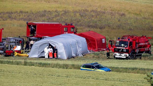 Los efectivos de las Fuerzas de Seguridad trabajan en el lugar donde un helicóptero del Ejército alemán se estrelló este lunes