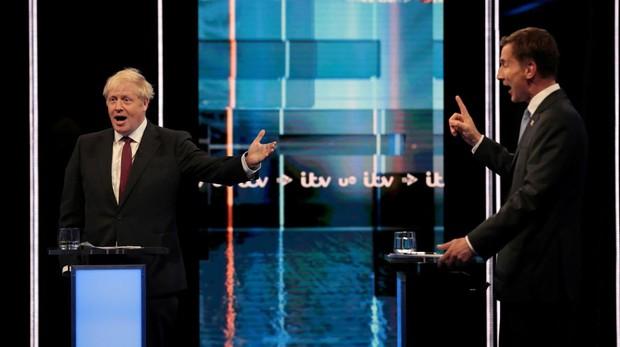 Boris Johnson y Jeremy Hunt durante el debate emitido por la televisión ITV