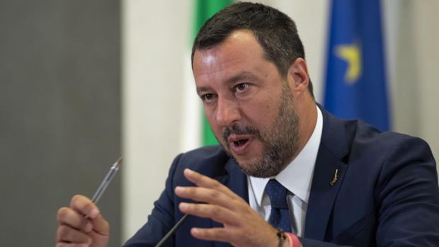 El vicepresidente y ministro del Interior italiano, Matteo Salvini, contesta a periodistas en una rueda de prensa en Roma este lunes