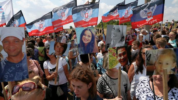 Un grupo de personas asiste al memorial dedicado a las víctimas del vuelo MH17, hoy en la región ucraniana de Donetsk