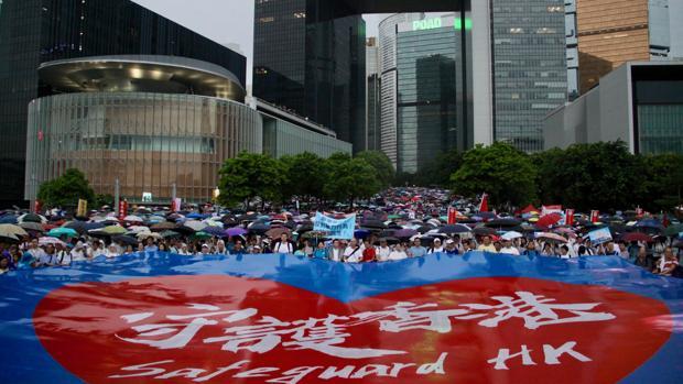 Bajo el edificio del Gobierno, los manifestantes a favor de la Policía desplegaron una pancarta gigante con el lema «Proteger Hong Kong»