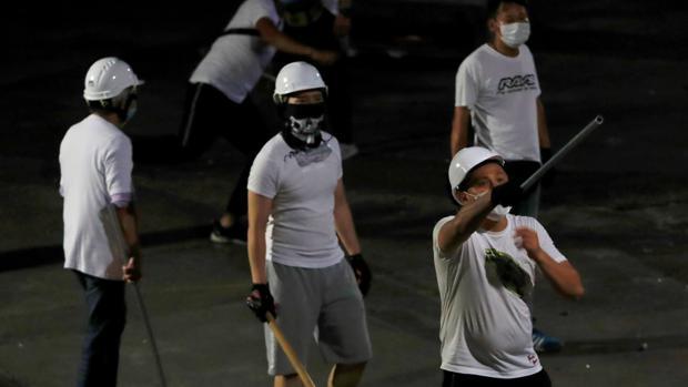 Varios hombres de blanco durante el asalto a una estación de metro de Hong Kong