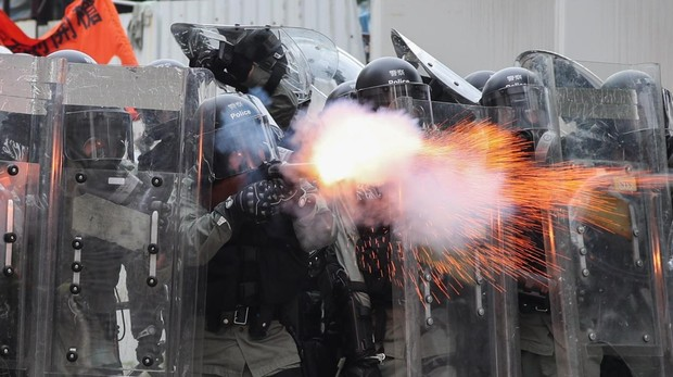 Policías antidisturbios disparan gases lacrimógenos para intentar dispersar una nueva protesta en Yuen Long, Hong Kong