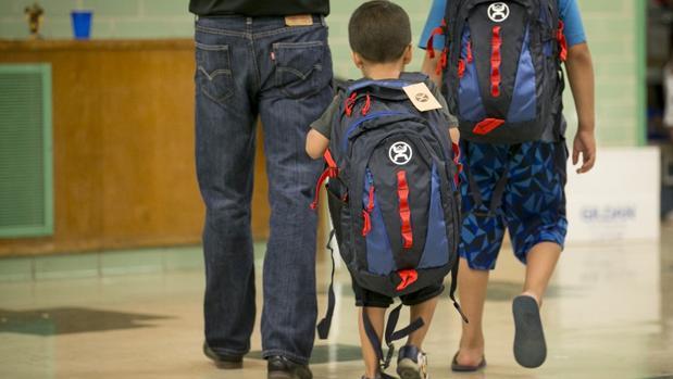 Mochilas blindadas para el colegio: cada vez más niños en EE.UU. irán a clase con un protector antibalas