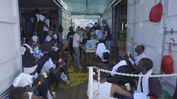El Ocean Viking, con 356 personas a bordo, alerta de que solo tiene comida para cinco días más