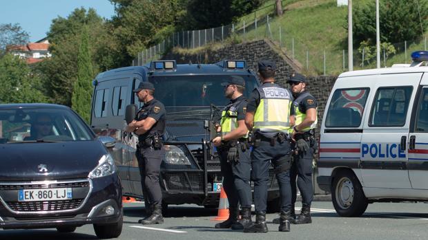 Tensión entre la Policía y los radicales que intentan cortar las carreteras ante la cumbre del G-7