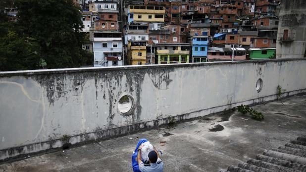 Un adolescente brasileño es azotado y grabado por robar chocolatinas en un supermercado
