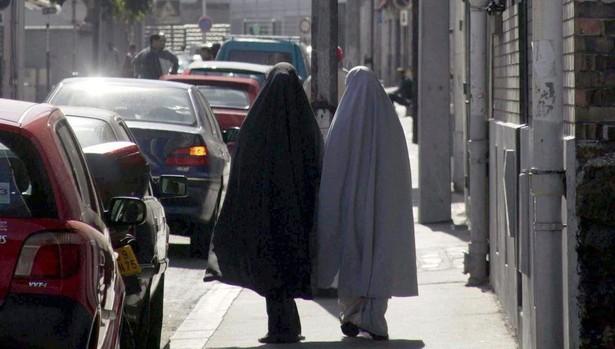 Dos jóvesnes musulmanas en las calles de París, foto de archivo